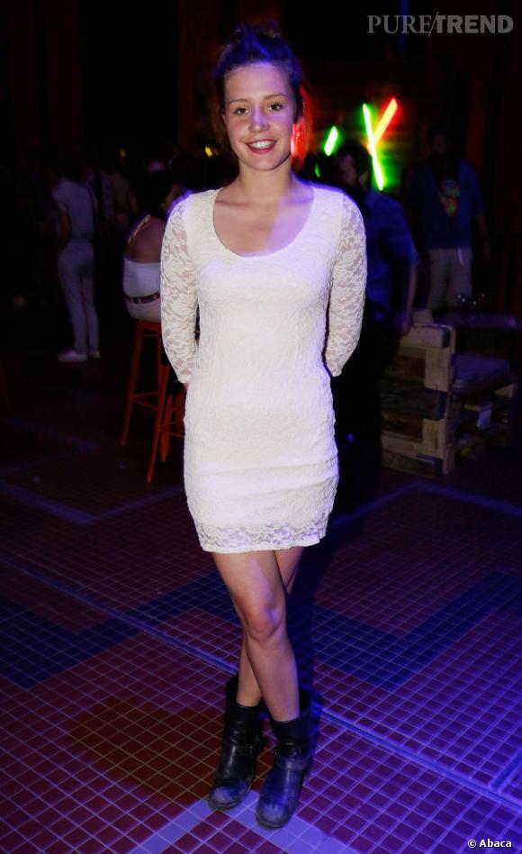 1634cb339b7 Adèle Exarchopoulos met à l  039 honneur la petite robe en dentelle blanche