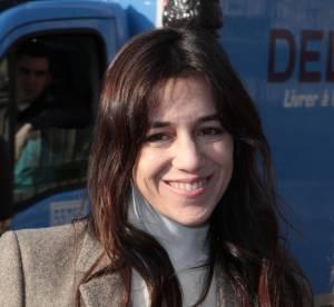 Charlotte Gainsbourg : un décolleté très fendu au défilé Louis Vuitton