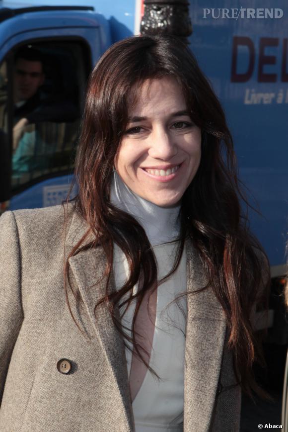 Charlotte Gainsbourg, tout sourire avec son décolleté très fendu.