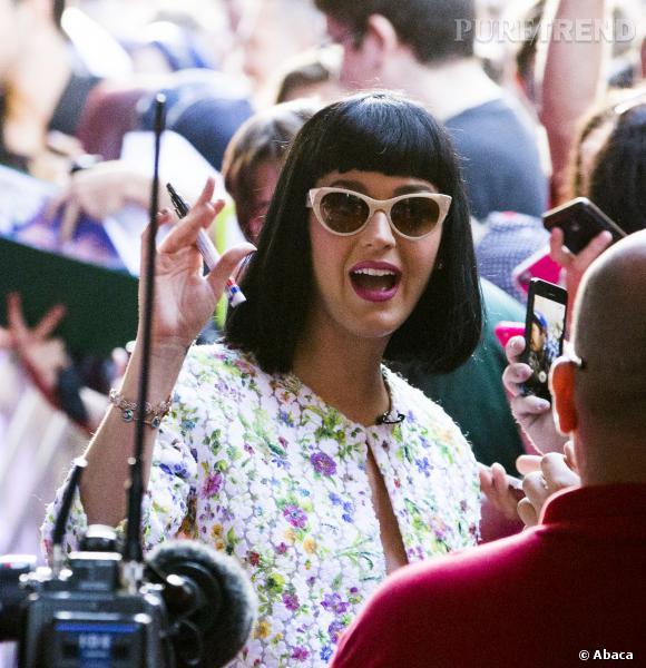 Katy Perry s'offre un petit bain de foule début mars 2014.