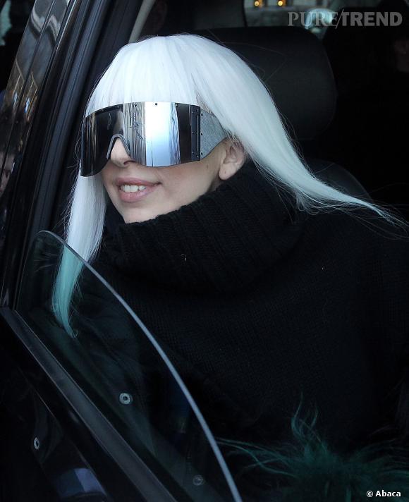 Lady Gaga sort de son appartement à New York et dévoile une longue chevelure blanche...
