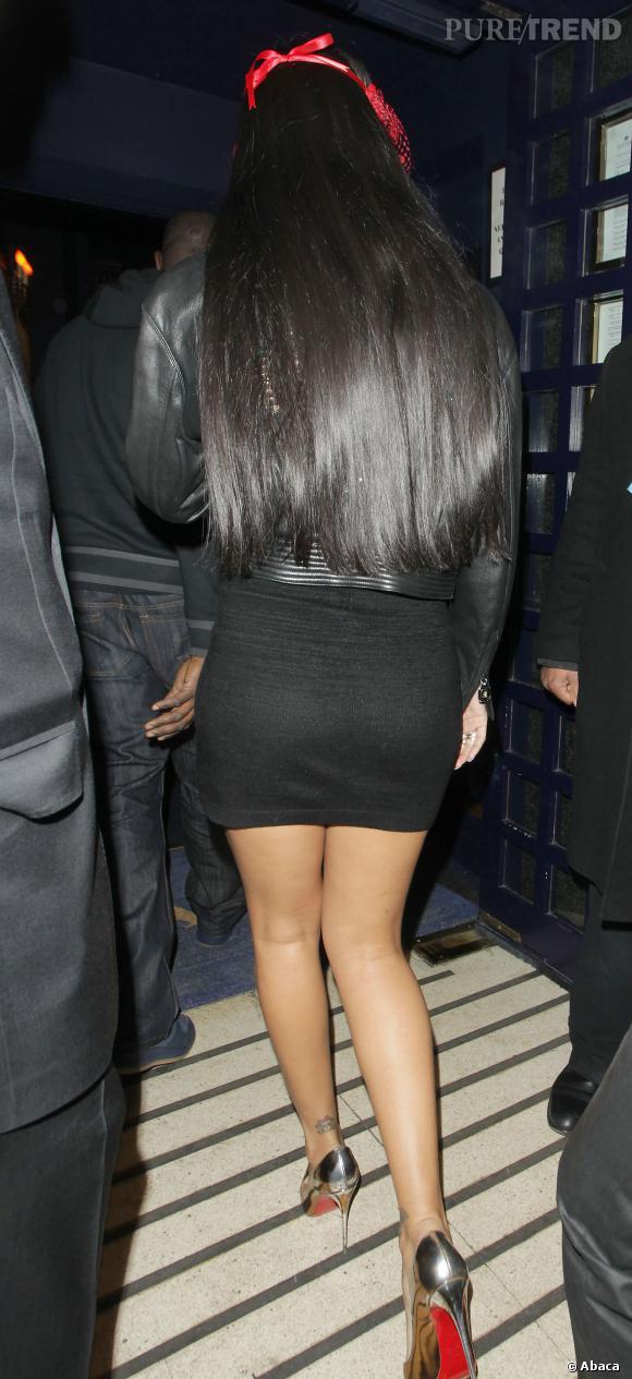 Après le carré long, Rihanna s'essaie à la chevelure XXL.