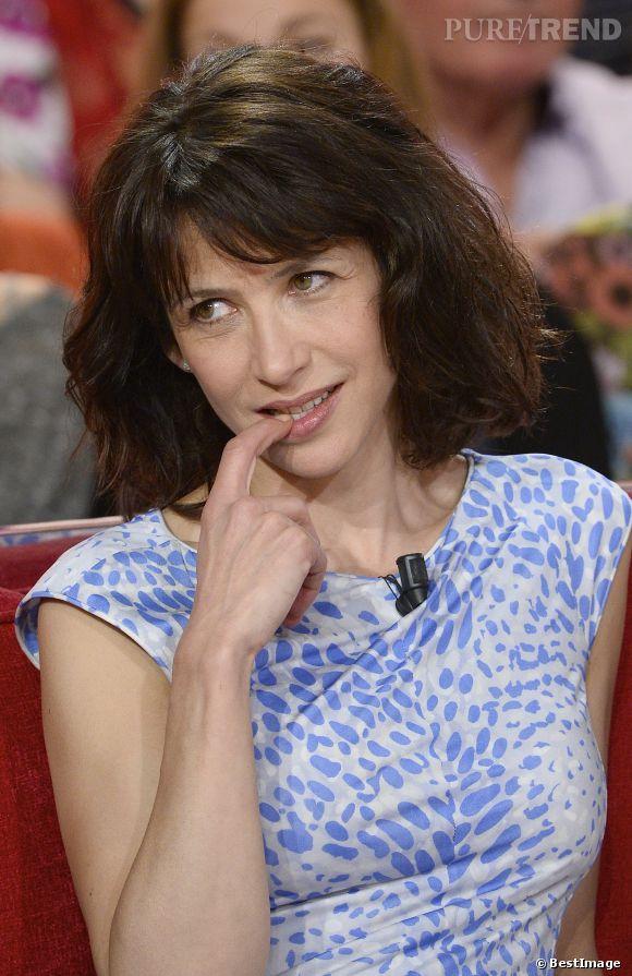 Sophie Marceau, pétillante sur le plateau de Vivement Dimanche.