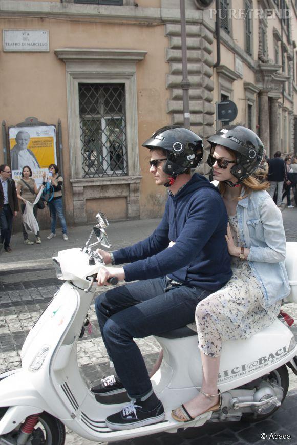 Emma Stone en a aussi profité pour faire du scooter avec Andrew Garfield dans les rues de Rome, le 14 avril 2014.