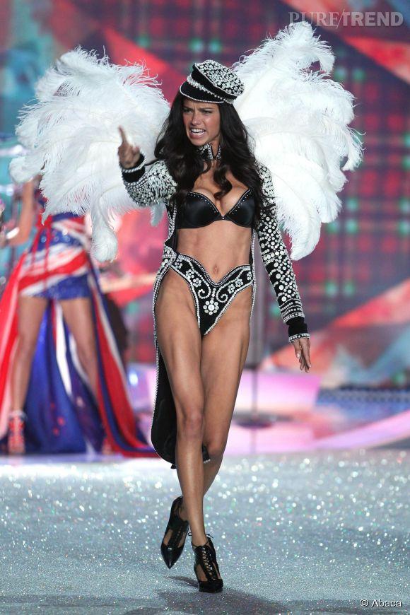 Adriana Lima, énergique au défilé 2013 Victoria's Secret.
