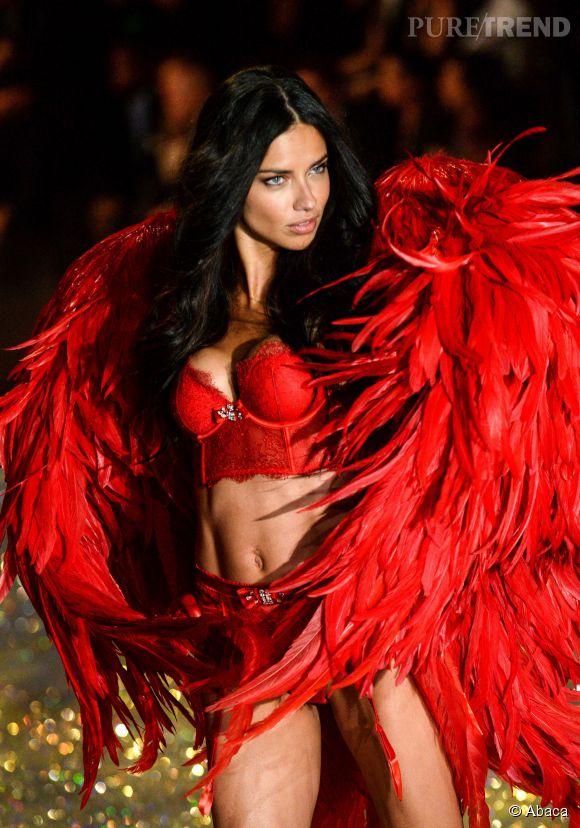 Rouge passion pour Adriana Lima au défilé 2013 Victoria's Secret.