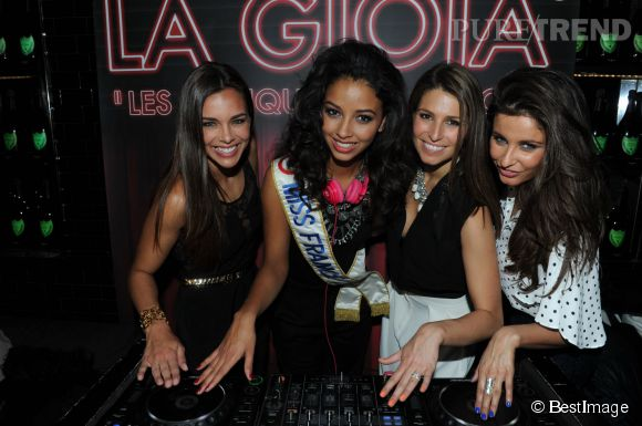Flora Coquerel entourée de Marine Lorphelin, Laury Thilleman et Malika Ménard pour son anniversaire à La Gioia à Paris le 16 avril 2014.