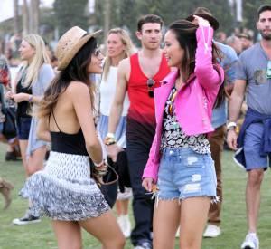 Coachella 2014 : l'actrice Jamie Chung marie son mini-short à une veste fluo.