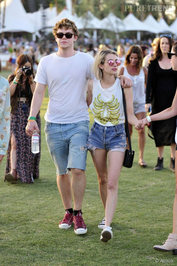 Emma Roberts est venue à Coachella avec son fiancé, Evan Peters. Et les deux sont en short !