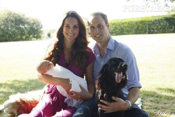 Kate Middleton, le Prince George et le Prince William prennent la pose pour le père de la Duchesse pour le premier portrait de famille.