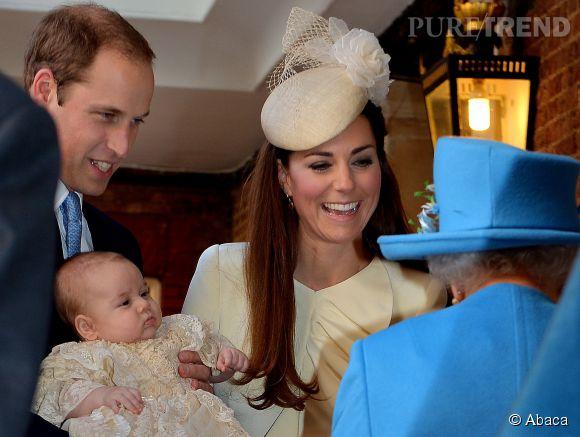 Kate Middleton présente le  Prince George à la Reine le jour de son baptême.