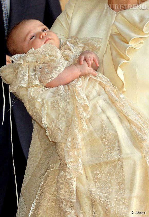 Le plus mignon, le Prince George le 23 octobre 2013 à la chapelle royale de St James' Palace.
