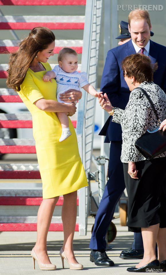 Vrai gentleman, le Prince George sert déjà la main de ses sujets.