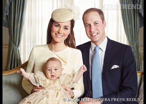 Kate Middleton avec son fils et le Prince William lors des portraits officiels du baptême en octobre 2013.