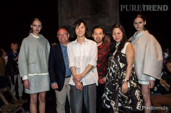 Kenta Matsushige s'est vu remettre le Grand Prix du Jury Première Vision par les présidents du jury du Festival de Hyères, Carol Lim et Humberto Leon.