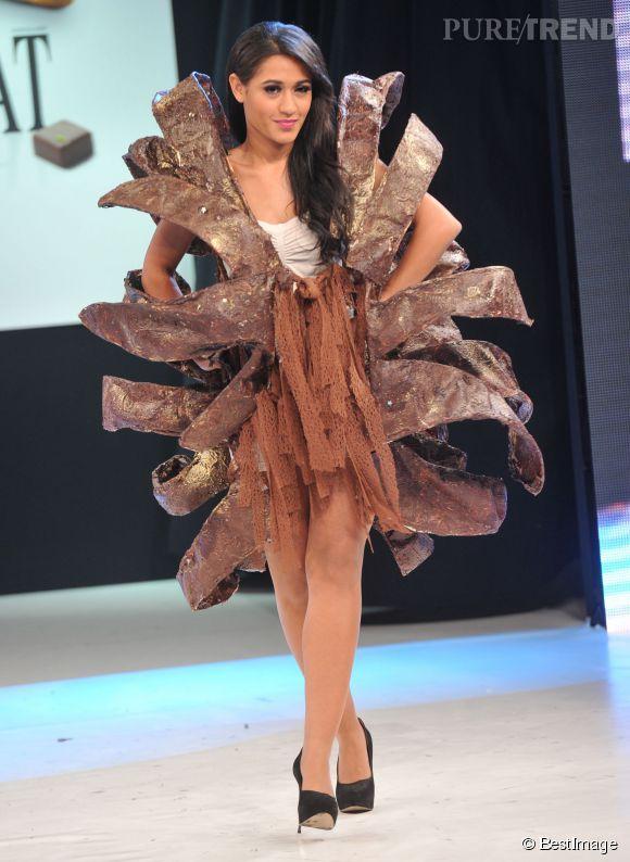 Joséphine Jobert porte une robe très gourmande le 29 octobre 2013 au salon du chocolat à Paris.