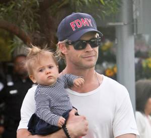 Chris Hemsworth ou le porter de bébé debout en 2013.