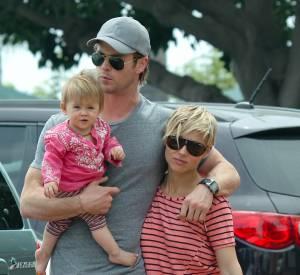 Chris Hemsworth ou le porter de bébé contorsionniste en 2013.