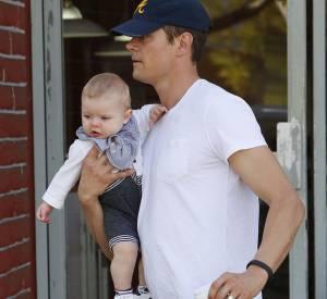 Josh Duhamel ou le porter de bébé sur l'avant-bras en 2014.