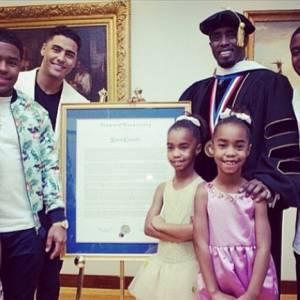 Sean Combs et ses 6 enfants posent devant l'objectif pour fêter le diplôme de leur père à l'université de Howard.