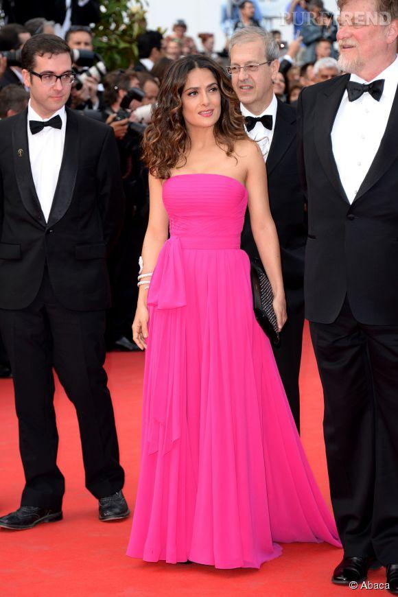 """Salma Hayek éblouissante dans une robe Yves Saint-Laurent sur le tapis rouge de Cannes 2014 lors de la montée des marches de """"Saint Laurent"""", le 17 mai 2014."""