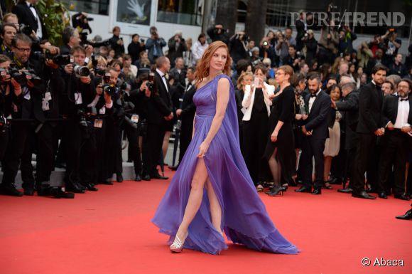 """Jessica Chastain en Elie Saab et sandales Roger Vivier lors de la montée des marches du film """"Foxcatcheraré"""" le 19 mai 2014 à Cannes."""