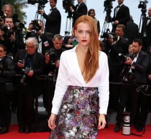 """Riley Keough en Valentino et bijoux de Grisogono lors de la montée des marches du film """"Foxcatcher"""" le 19 mai 2014 à Cannes."""