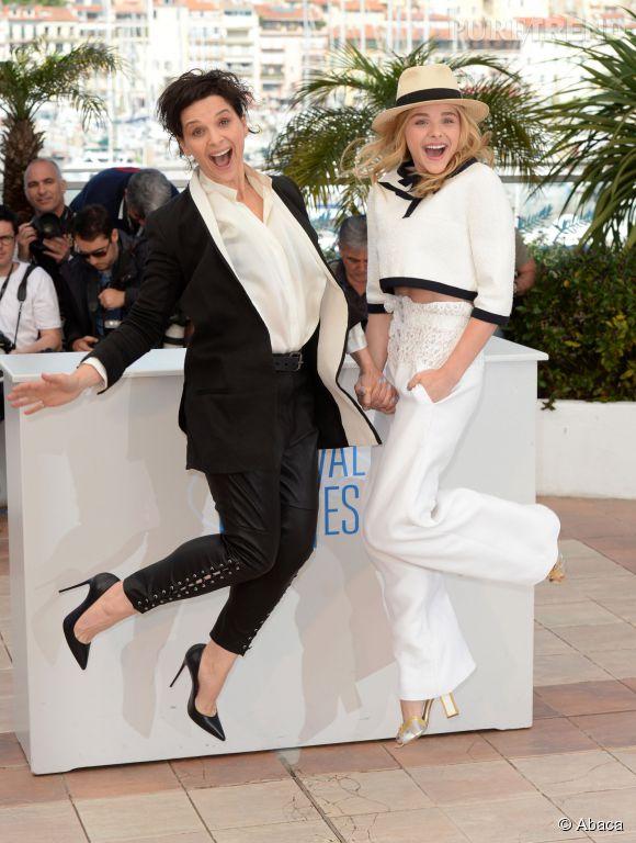 """Juliette Binoche et Chloë Moretz joli duo de """"Sils Maria"""" en photocall à Cannes le 23 mai 2014."""