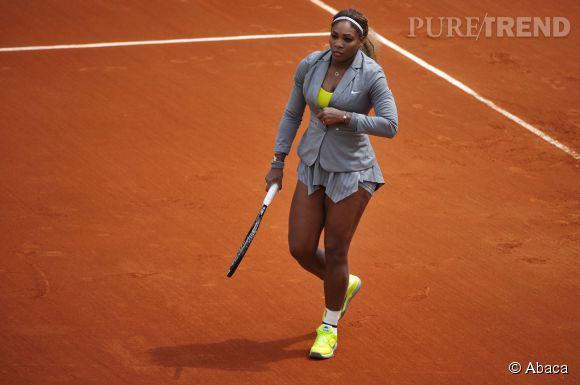 Serena Williams, toujours aussi chic sur le court de tennis ! Elle garde même sa veste de tailleur Nike...
