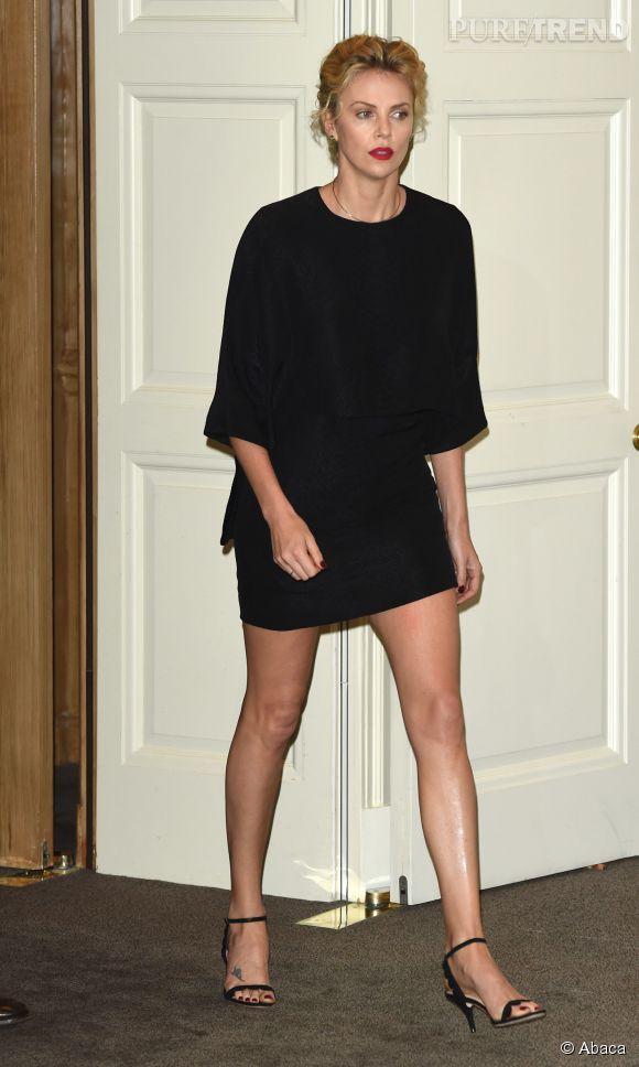 Charlize Theron et son interminable paire de jambes à l'avant-première d'Albert à l'ouest, à Londres le 27 mai 2014.