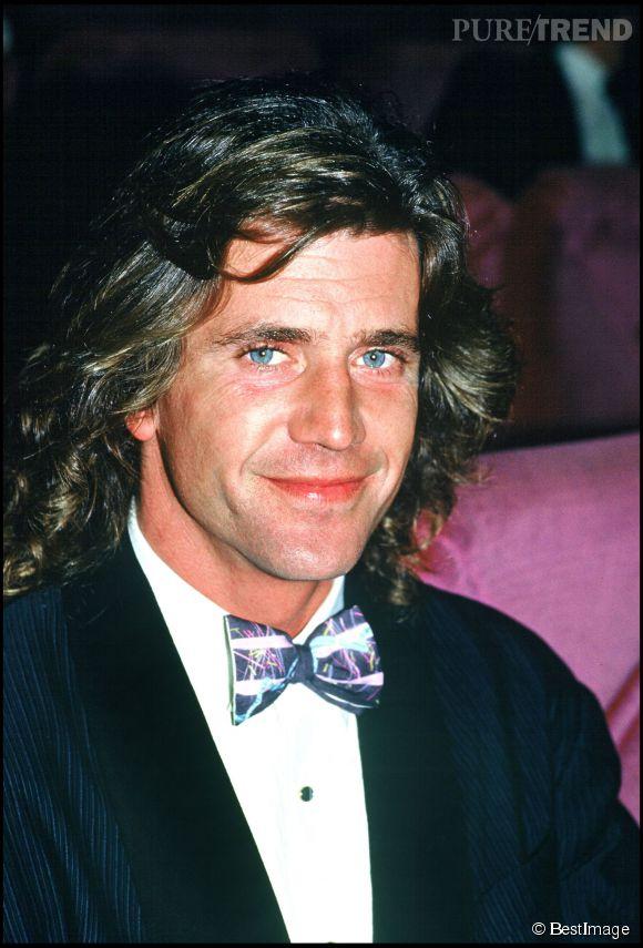 Mel Gibson au Festival de Cannes en 1987. Coupe mulet et noeud pap' irisé... On craque !