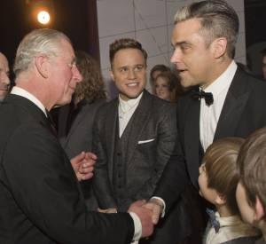 Mais c'est en Angleterre que Robbie Williams a le plus de fans, ici il serre la main du Prince Charles.