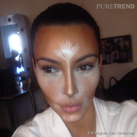 Kim Kardashian est accro au contouring, cette technique qui consiste à creuser les creux du visage tout en illuminant les points stratégiques.