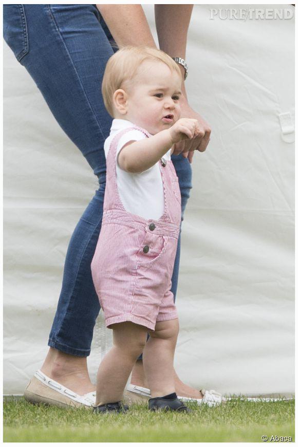 Le Prince George fait son show en salopette à fines rayures rouge et blanche. La salopette a fait un tabac !