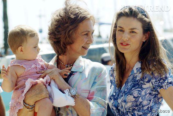 Leonor dans les bras de sa grand-mère la reine Sofia, aux côtés de Letizia Ortiz en juillet 2006.
