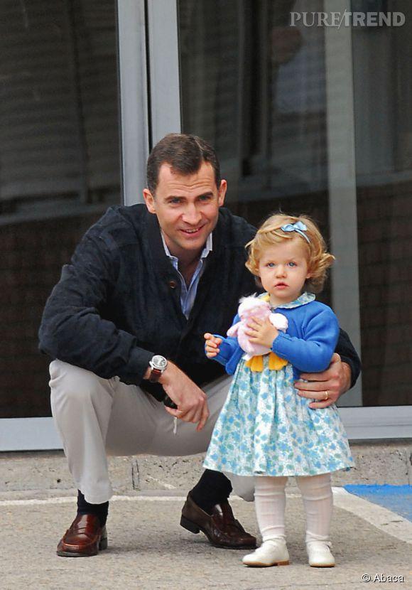 La petite princesse Leonor et son père Felipe en mai 2007, après avoir rendu visite à Letizia Ortiz qui venait de mettre au monde la petite Sofia.