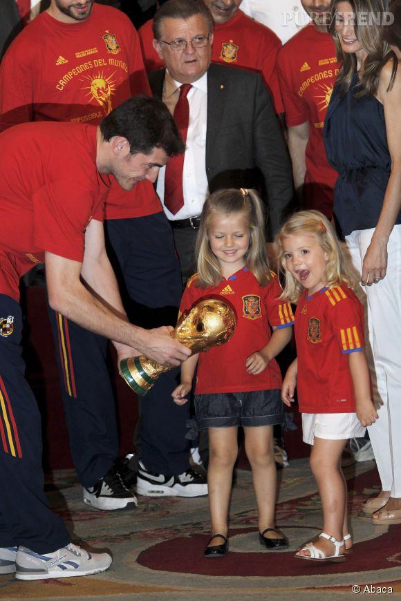 Leonor et Sofia reçoivent le trophée de la Coupe du Monde remportée par l'Espagne en juillet 2010.