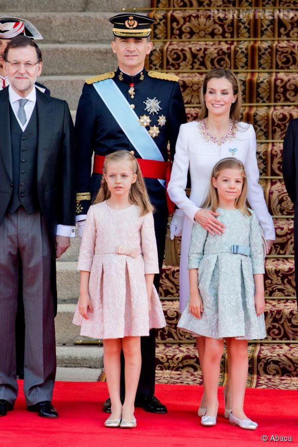 Felipe VI, nouveau roi d'Espagne, et sa femme la reine Letizia avec leurs deux princesses Sofia et Leonor d'Espagne, ce jeudi 19 juin 2014.