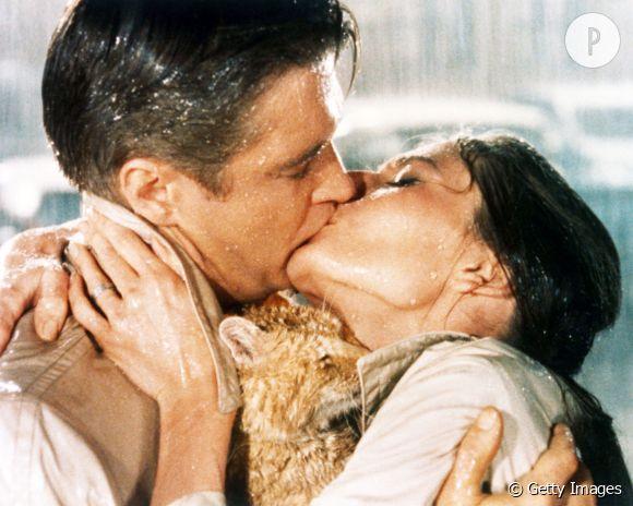 Audrey Hepburn, George Peppard et le chat sans nom de Beakfast at Tiffany's... Un baiser goulu et mouillé comme on devrait en faire plus souvent !