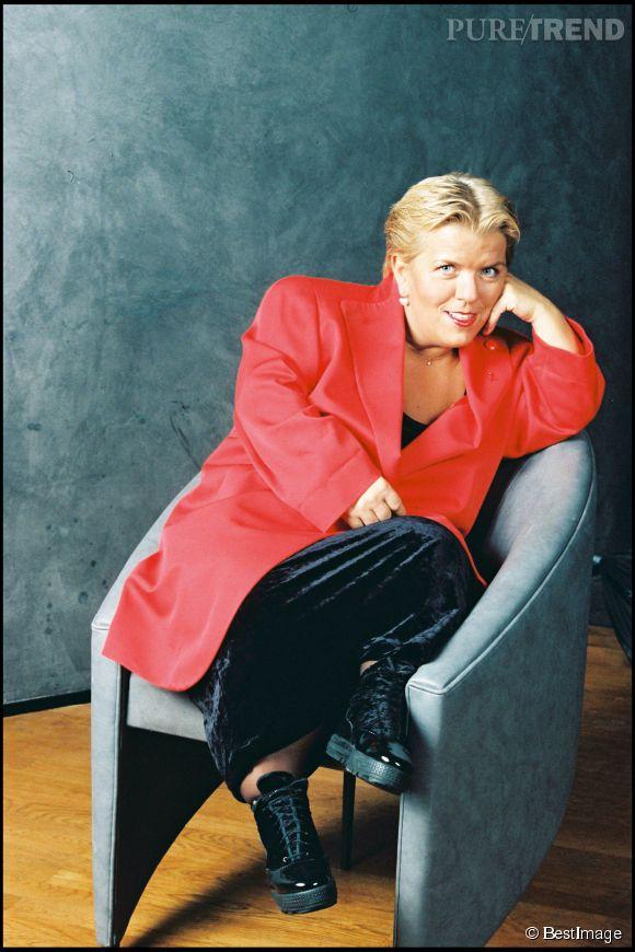 Mimie Mathy, un bien joli portrait et un blazer rouge impressionnant en février 1996.