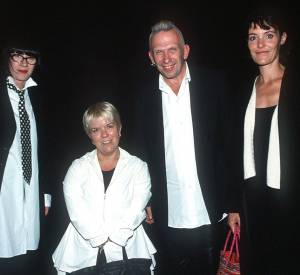 Mimie Mathy avec Chantal Thomass, Jean Paul Gaultier et Caroline Tresca au Casino de Paris en 2001.