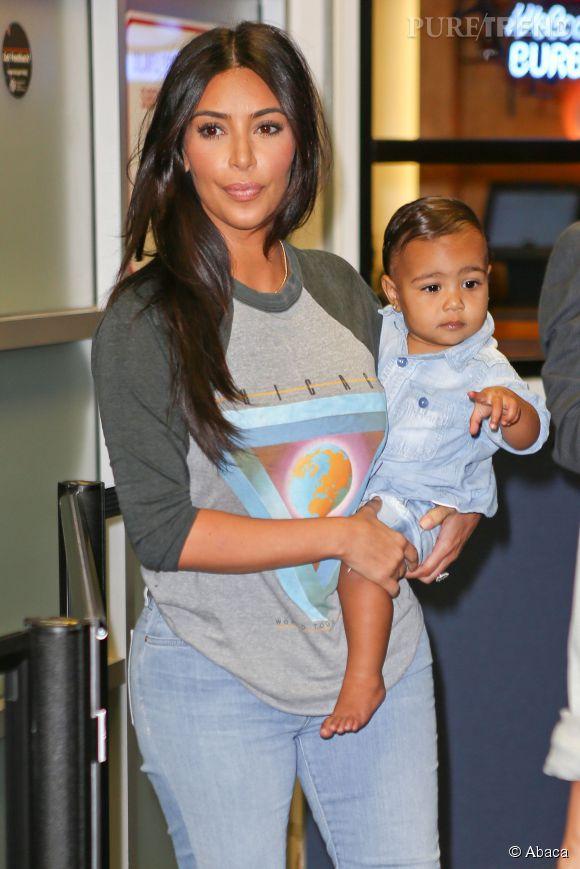 Kim Kardashian arrive avec sa jolie North West à l'aéroport de Burbank à Los Angeles, jeudi 7 août 2014. Pour une fois, Kim n'est pas le centre d'attention des photographes, et ça fait du bien!