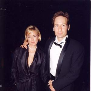 """David Duchovny et sa femme Tea Leoni à la soirée des """"Emmy Awards"""" en 1997 à los Angeles : encore jeunes mariés à l'époque !"""