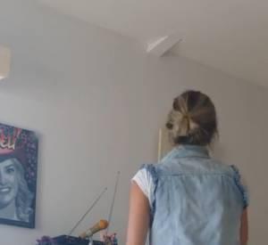 Eve Angeli propose à ses fans d'écouter plusieurs maquettes enregistrées dans son salon.
