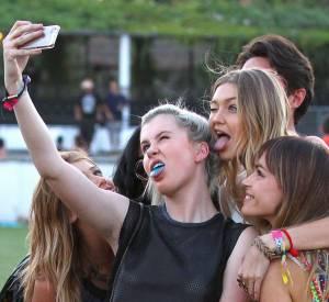 Ireland Baldwin a surtout l'air obsédée par son propre reflet. Lorsqu'elle réalise un selfie à plusieurs, elle est toujours au centre la photo !