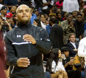 Rihanna évite soigneusement Chris Brown du regard.