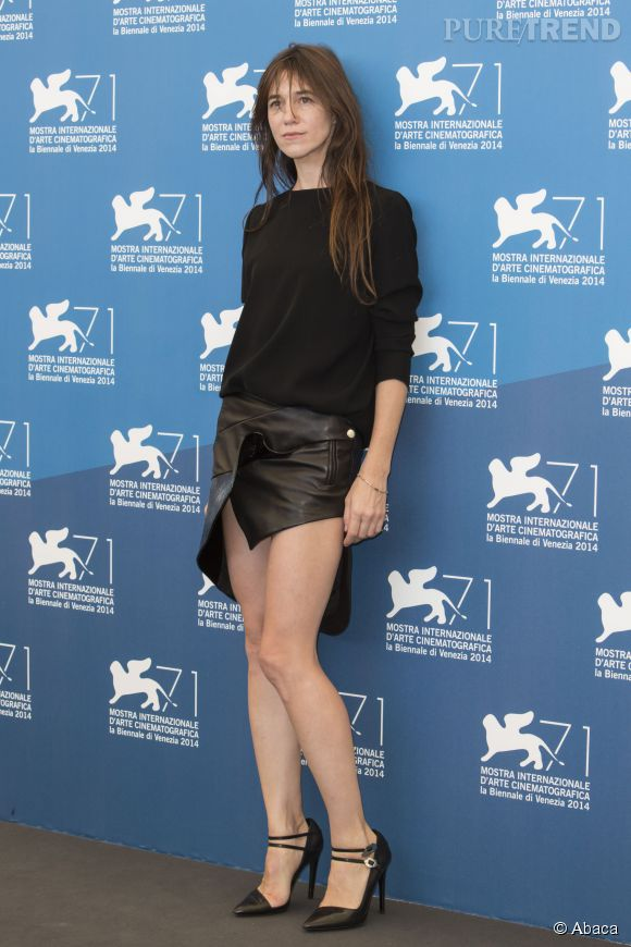 Charlotte Gainsbourg et sa mini jupe en cuir... Vraiment très sexy !