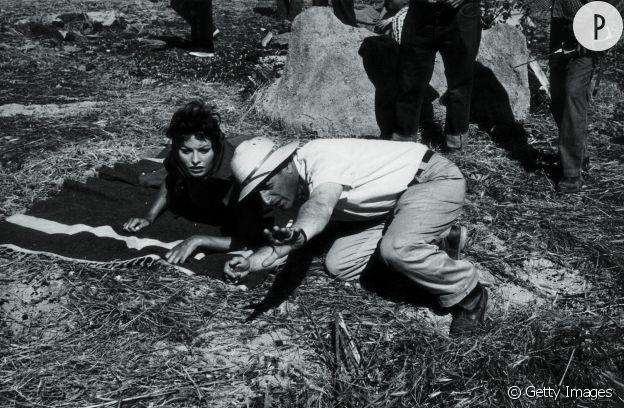 """Stanley Kramer et Sophia Loren sur le tournage du film """"Orgueil et Passion"""" en 1956."""
