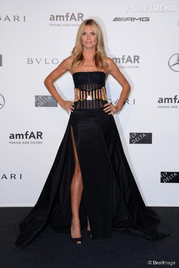 Heidi Klum a mis le paquet dans une robe fendue Versace. Elle n'a jamais peur d'en faire trop. Quelle bombe !