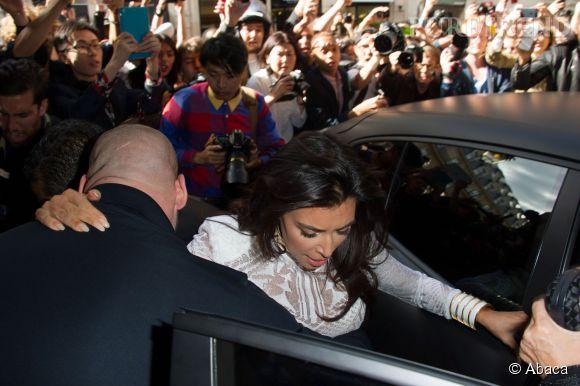 Kim Kardashian a été agressée à Paris alors qu'elle arrivait à un défilé.